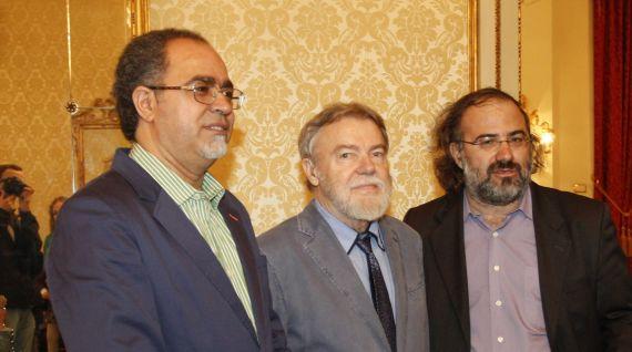 3 Abdul Hadi Sadoun, Juri Talvet y Alfredo Pérez Alencart en el Ayuntamiento (foto de J. Alencar)