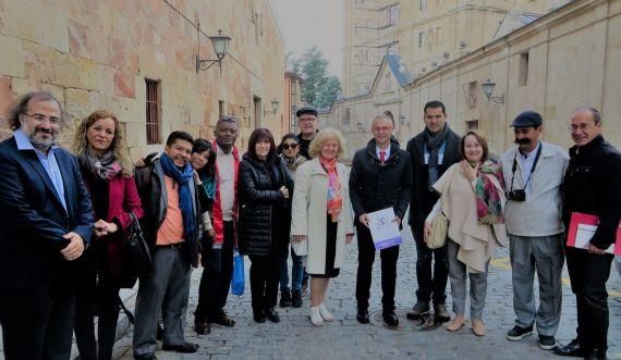 7 Ángela Gentile y Juan Mares con el rector de la Universidad de Salamanca y otros poetas, en la calle Cervantes (foto de Jacqueline Alencar)
