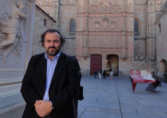 1 Alfredo Pérez Alencart y la facha de la Universidad de Salamanca