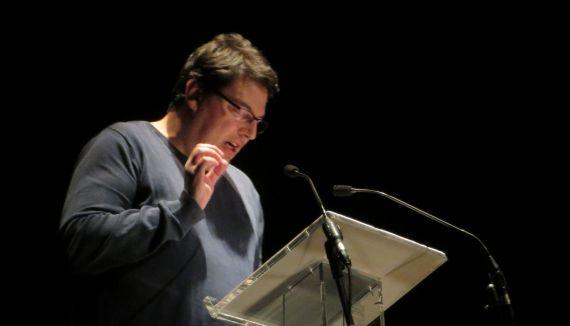 1 Boris Rozas leyendo en el Teatro Liceo de Salamanca (foto Jacqueline Alencart 2018)