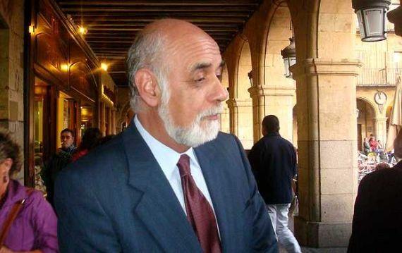 1 El poeta chileno Juan Antonio Massone en la Plaza Mayor de Salamanca (Foto de jacqueline Alencar, 2008)