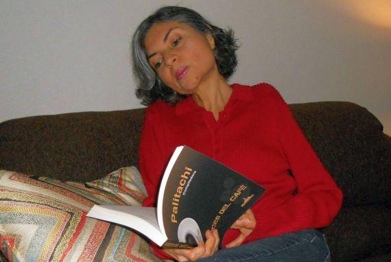 1 La poeta Ana Cecilia Blum con la antología Voces del Café