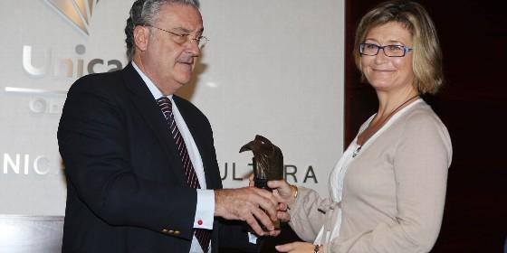15 Mariano Vergara entrega un premio a Ana Sofía Pérez-Bustamante