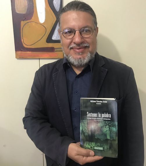 2 El poeta y antólogo Adriano Corrales Arias