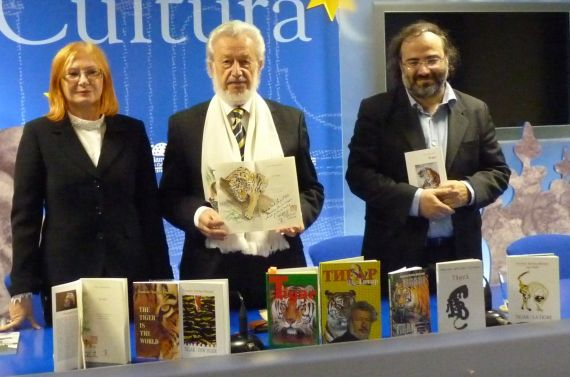 4 Lovrencic, Bilosnic y Alencart, con algunas ediciones del poemario (foto de Jacqueline Alencar)