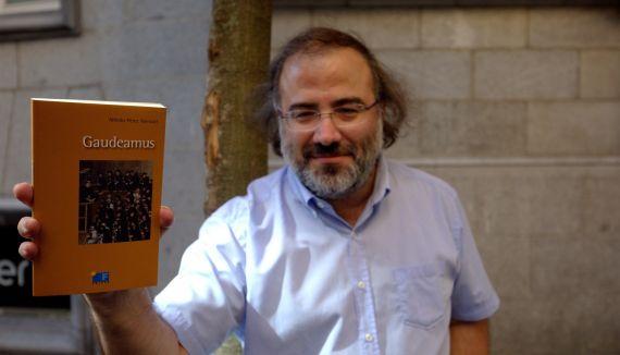 5 Alfredo Pérez Alencart con su antología (foto de José Amador Martín)