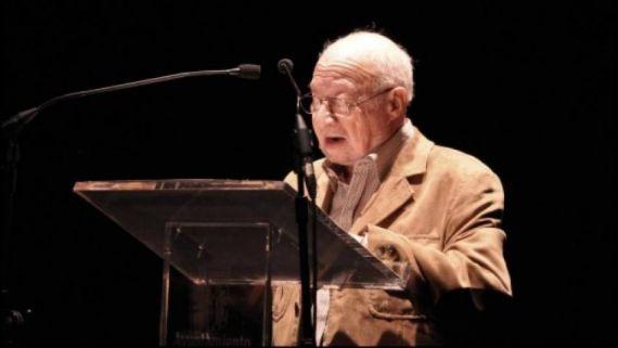 7 José Luis Najenson leyendo en el Teatro Liceo (Foto de José Amador Martín)