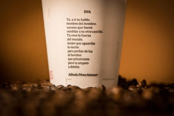 7 Poema de Alencart en vaso de café que se distribuyó en las máquinas de la Universidad de Salamanca el año 2018