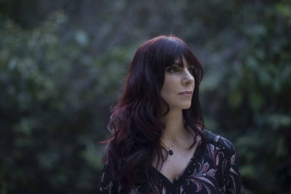 1 La poeta y cantante Denise Emmer