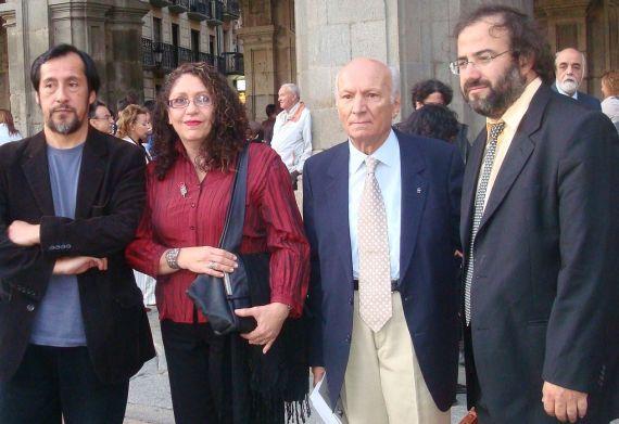 4 Elikura Chihualaf (Chile), Edda Armas (Venezuela), Albano Martins (Portugal) y A. P. Alencart (Perú-España), en la Plaza Mayor (2009, foto de Jacqueline Alencar)