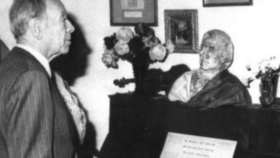 9 Borges visitando la habitación de Chopin