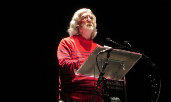 1 Álvaro Alves de Faria leyendo sus versos en el Teatro Liceo de Salamanca
