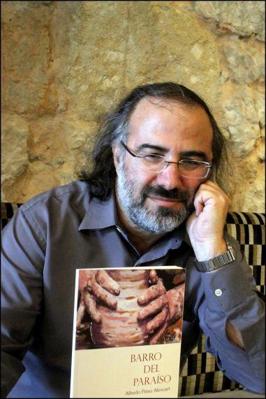 1 Alfredo Pérez Alencar con su libro (foto de José Amador Martín)