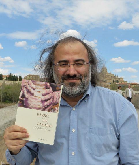 1 Alfredo Pérez Alencart con su 'Barro del Paraíso' (foto de Jacqueline Alencar)