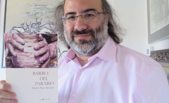 1 El poeta Alfredo Pérez Alencart, con su 'Barro del Paraíso'