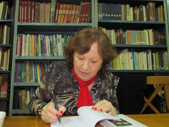 1 María Cristina Chiama, firmando uno de sus libros