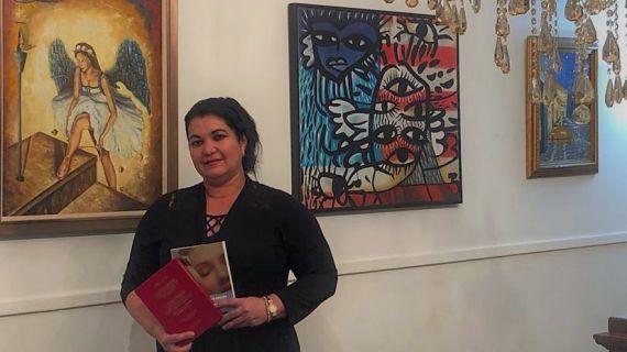 1 Odalys Interián con su libro ganador del Aldana