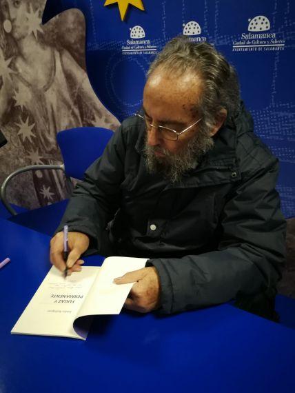 3 Emilio Rodríguez firmando su libro