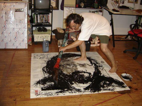 3 Miguel Elías pintando el retrato del poeta Alfredo Pérez Alencart, con la técnica de Sumi-e