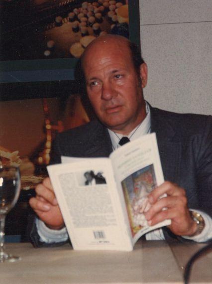 4 Ismael Sambra presentando uno de sus libros en Salamanca (1999, foto de Luis Monzón)