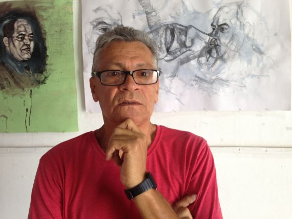1 Remigio Ricardo Pavón con retratos de Baquero al fondo