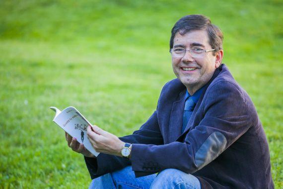 1El poeta Enrique Villagrasa con su nuevo libro