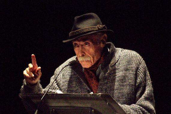2 Jesús Hilario Tundidor en el Teatro Liceo, durante el XVIII Encuentro de Poetas Iberoamericanos (foto de José Amador Martín)