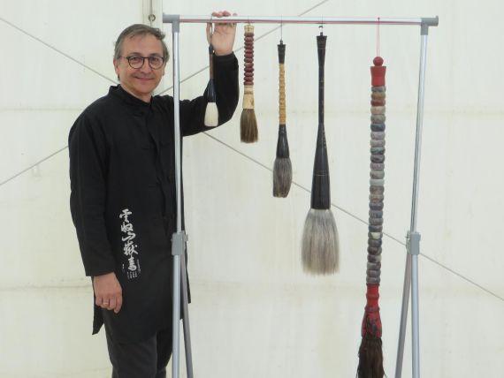 3 Miguel Elías y sus pinceles japoneses (foto de Jacqueline Alencar)