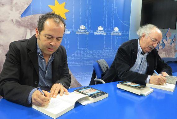 5 Rodríguez y Colinas, dedicando libros