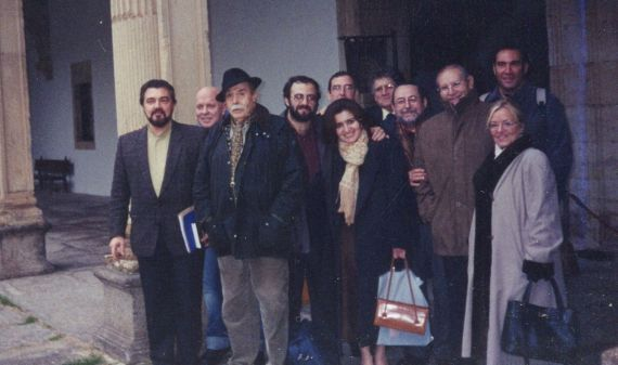 8 Tundidor rodeado de los poetas Merlino, Martín, Quintanilla Buey, Alencart, Sagüillo, Hernández, Cilloniz , Hernández, Munárriz y Häsler en Salamanca , 2004 (foto de Jacqueline Alencar)