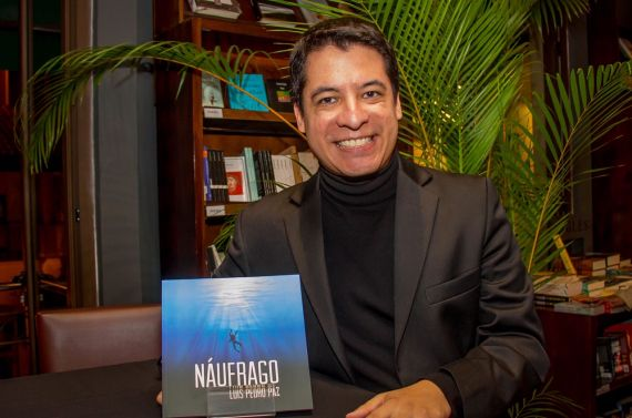 1 El poeta Luis Pedro Paz con su libro