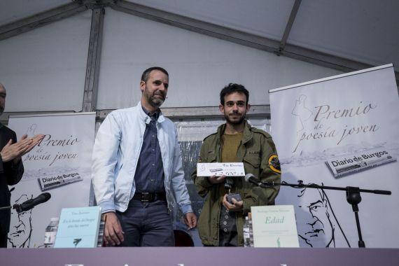 10 El periodista Raúl Briongos haciendo entrega del Premio a García Marina (foro Diario de Burgos)