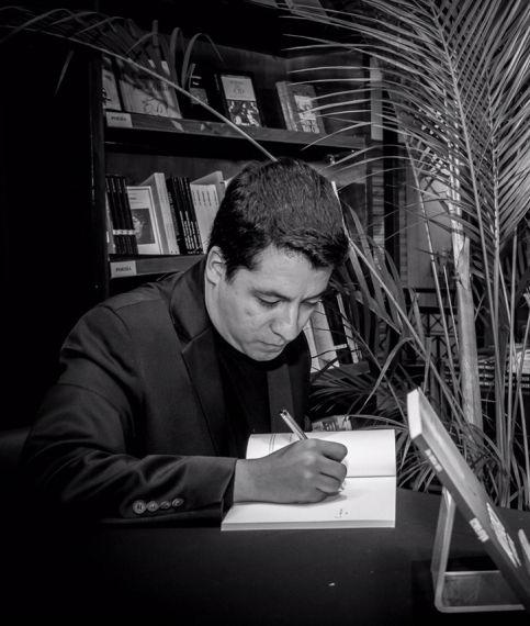 11 Luis Pedro Paz firmando un ejemplar de su obra.