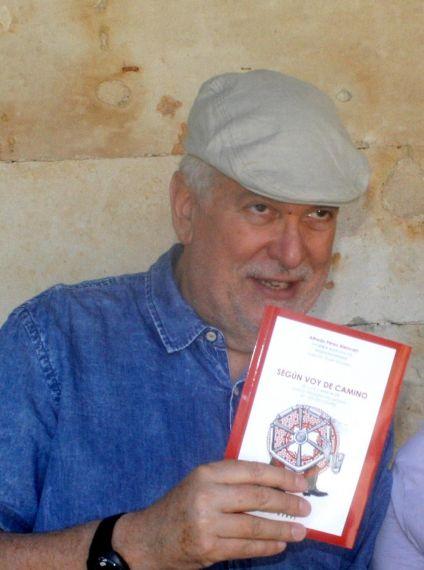 2 Luis Cabrera con la antología de A. P. Alencart por él ilustrada (foto de Jacqueline Alencar)