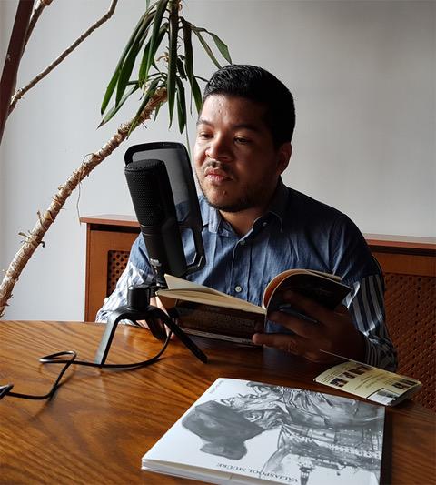 16 El poeta panameño Javier Alvarado, grabando el el Colegio Fonseca