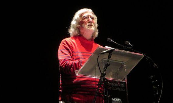 18 Álvaro Alves de Faria leyendo sus versos en el Teatro Liceo de Salamanca (foto de Jacqueline Alencar)