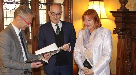 24 El rector Ricardo Rivero, Drago Stambuk y Zeljka Lovrencic (foto de Mladen Budimir)