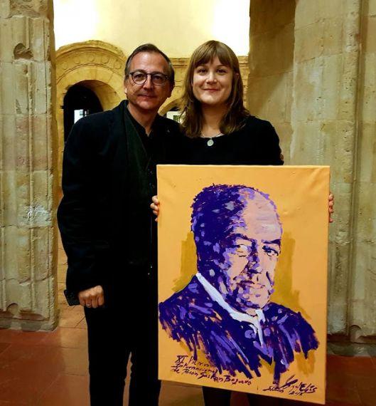 4 El pintor Miguel Elías con su retrato de baquero donado a la poeta Isabel González Gil, vencedora de la la edición de 2017