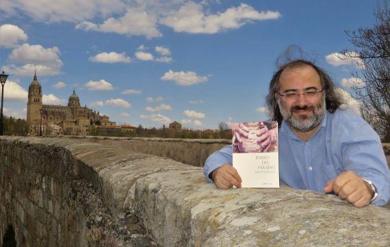 4 Pérez Alencar con su libro, en el Puente Romano (foto de Jacqueline Alencar)