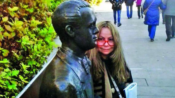 8 Giovanna Benedetti con la estatua de Gabriel Miró